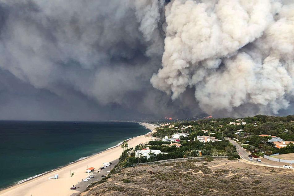 Eine Rauchwolke über Malibu lässt das Ausmaß der Brände, die seit Tagen wüten, erahnen.
