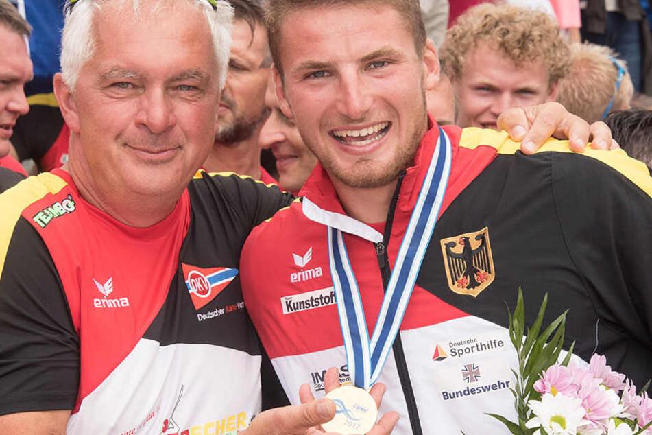 Trainer Jens Kühn mit seinem frischgebackenen Weltmeister Tom Liebscher und der Goldmedaille.
