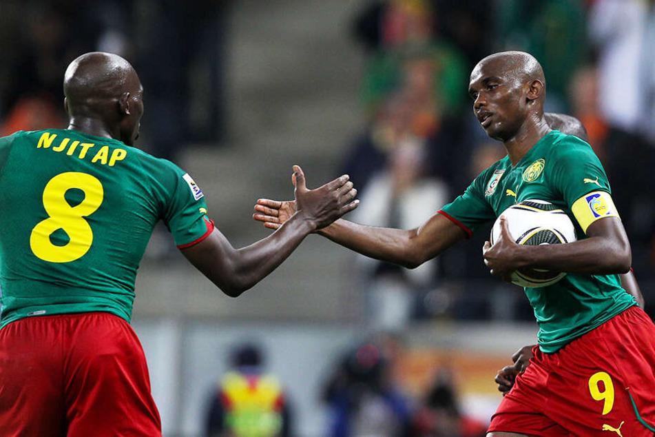 Samuel Eto'o (r.) feierte bereits mit 15 Jahren, elf Monaten und 27 Tagen sein Debüt in der Nationalmannschaft Kameruns. Es kamen noch 117 weitere Einsätze und 56 Tore hinzu.