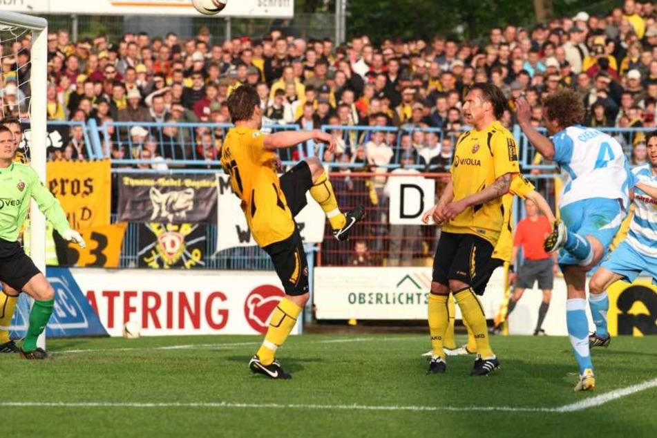 Julius Reinhardt als Doppel-Torschütze - das gab's vor Halle zuletzt am 3. Mai 2010. Da schlug Reinhardt (2.v.r.) im Sachsenpokal-Halbfinale gegen Dynamo Dresden zweimal zu.