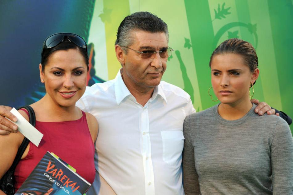 Neun Jahre lang waren Simone Thomalla (heute 53) und Rudi Assauer (✝74) ein Paar. Der Ex-Fußballprofi war demnach auch Ziehvater von Tochter Sophia (heute 29).