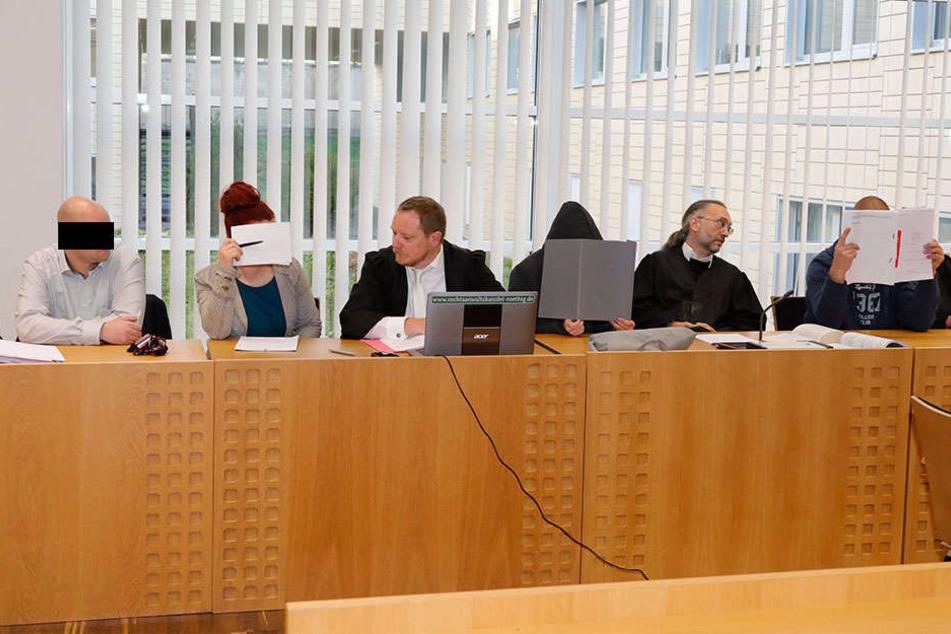 Michel Erik A., Anja S. (1. u. 2. v.l.), Christin S. (3.v.r.) und Steffen T. (r.) mit ihren Anwälten auf der Anklagebank.