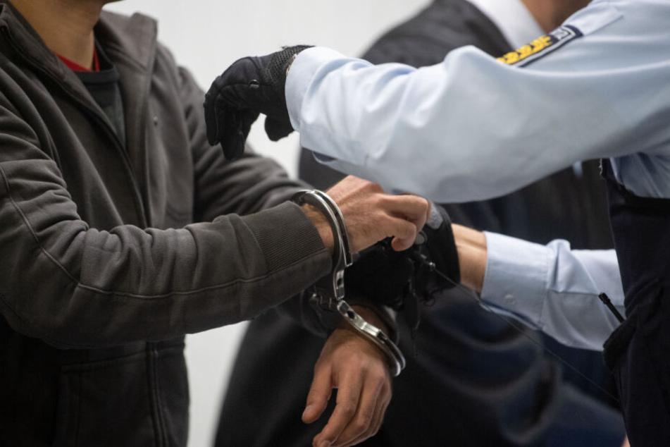 Der Angeklagte in Handschellen am Dienstag vor Gericht.