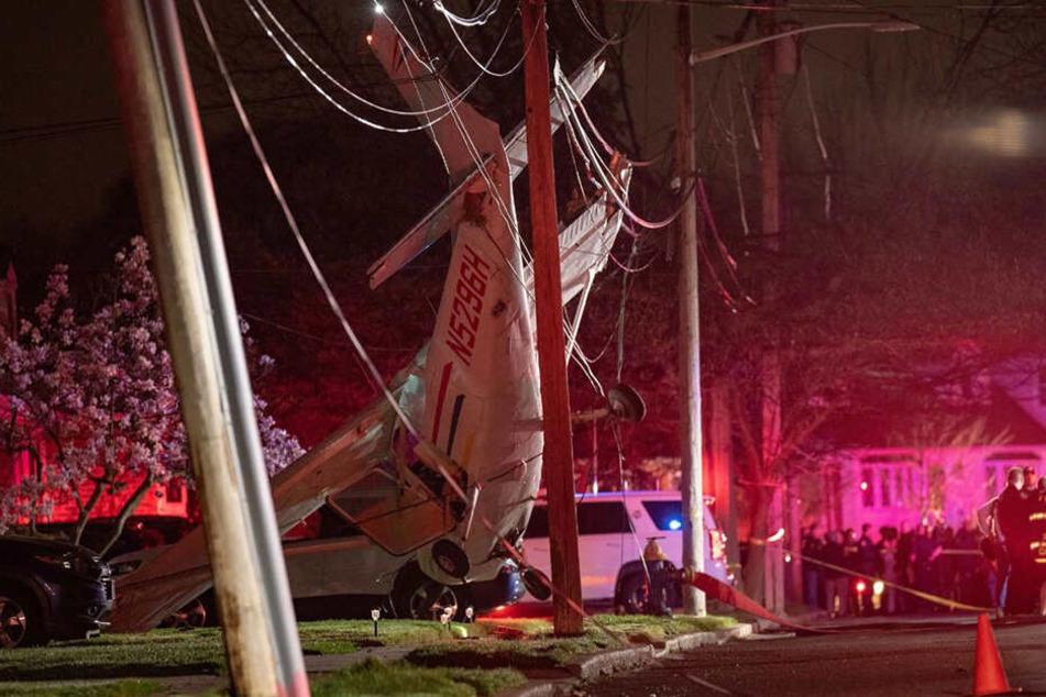Das Kleinflugzeug hatte sich in den Stromleitungen verheddert.