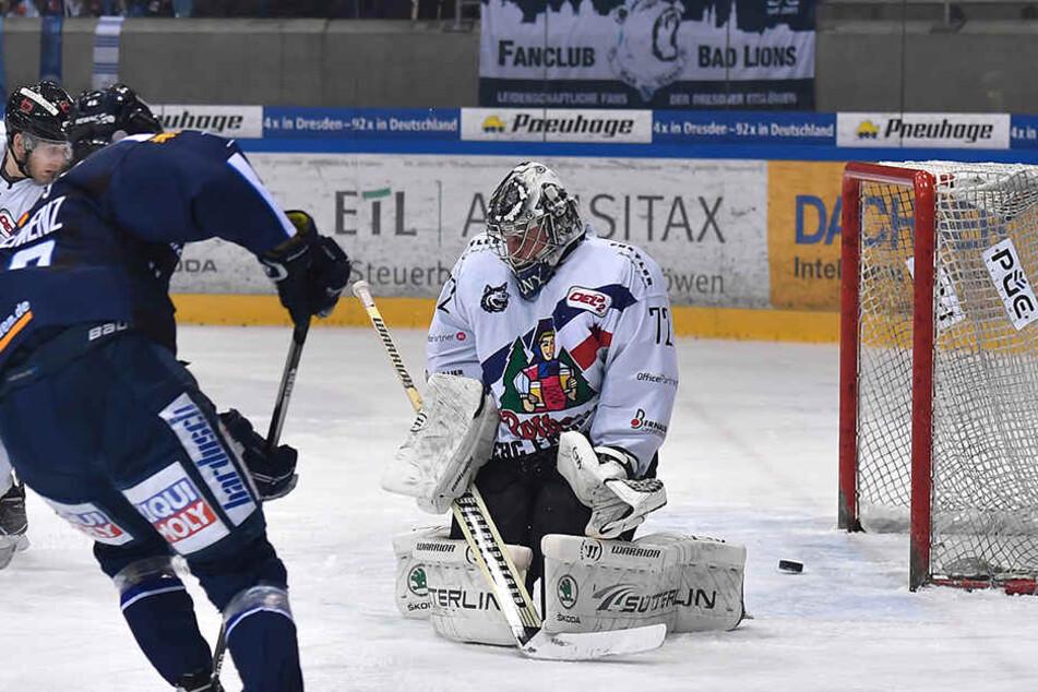 Ab ins Tor! Cedric Schiemenz erzielt das 1:0 für die Dresdner Eislöwen.
