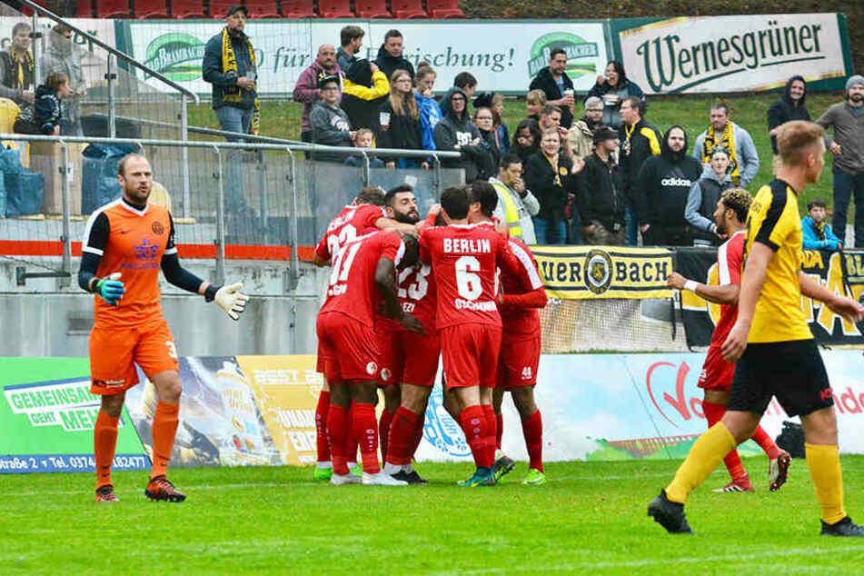 Vor zehn Tagen spielte der Berliner AK in Auerbach, gewann dort glücklich mit 3:2. Der BAK sorgte aber auch da schon für Aufsehen, übernachtete aus Angst vor sächsischen Übergriffen in Tschechien.