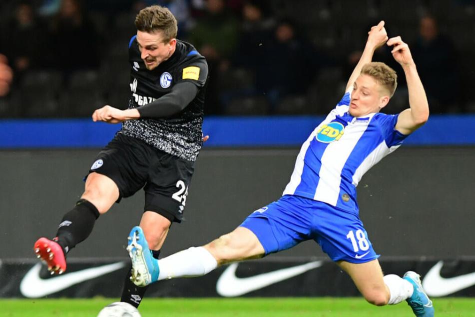 Santiago Ascacibar (r.) im Zweikampf mit Schalkes Bastian Oczipka.