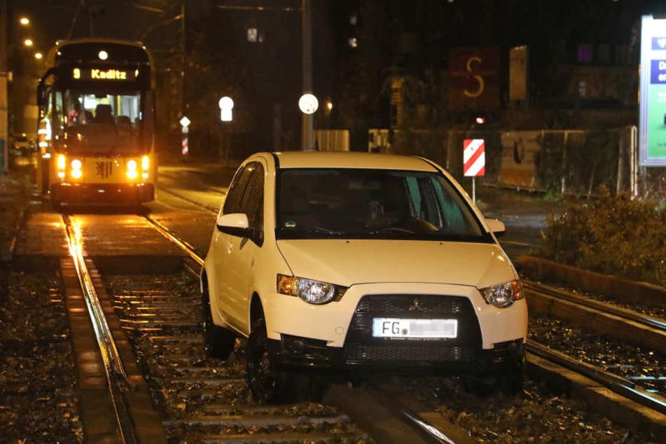 Die Frau landete mit ihrem Mitsubishi im Gleisbett und musste vom Abschleppdienst rausgezogen werden.