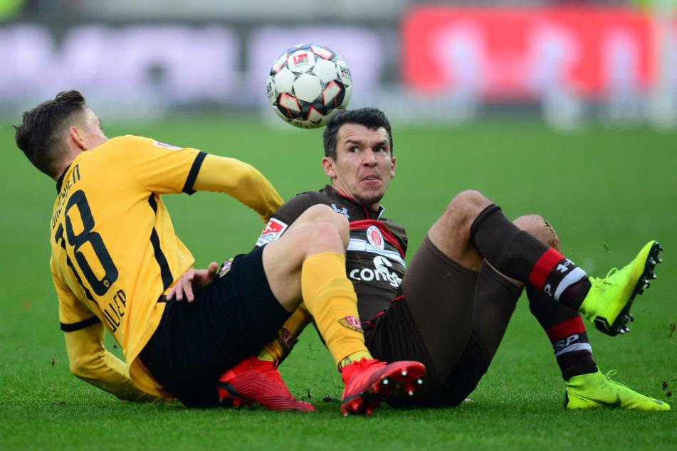 Das Spiel lebte vom Kampf, wie hier zwischen Paulis Waldemar Sobota und Dresdens Baris Atik.