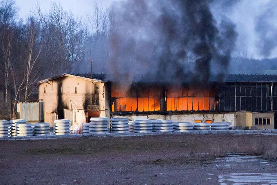 Beim Brand einer Lagerhalle des Betonwerks in Gersdorf entstanden rund 200.000 Euro Sachschaden. Die Kripo ermittelt.