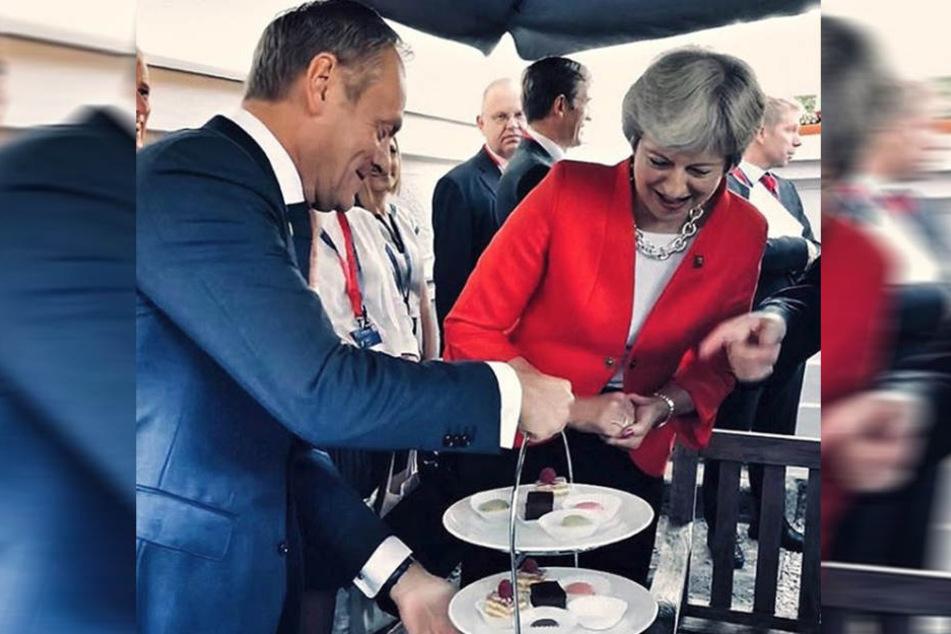 Donald Tusk (li.) und Theresa May am Kuchenbuffet.