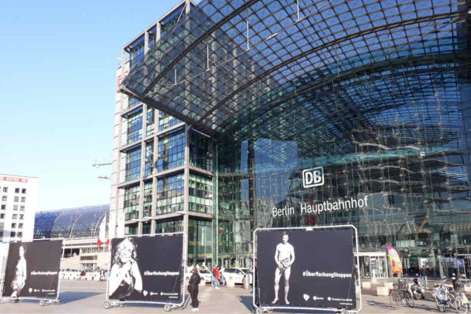 Die großformatigen Poster vor dem Berliner Hauptbahnhof.