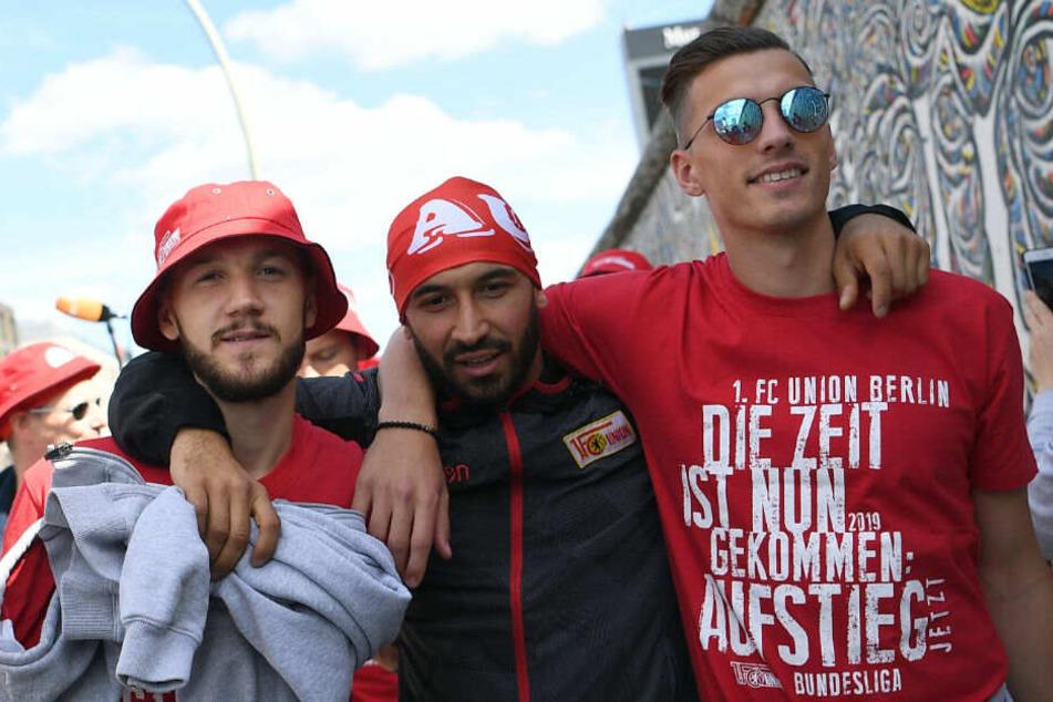 Marcel Hartel (l.), Akaki Gogia (m.) und Robert Zulj (r.) feiern den Aufstieg.