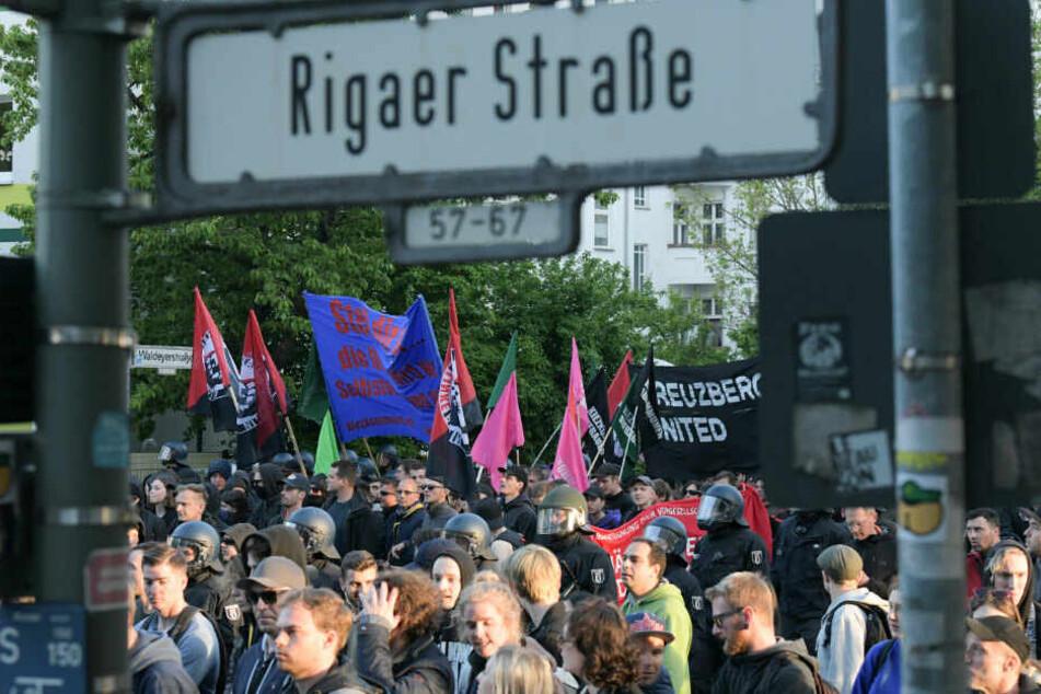 Teilnehmer der 1. Mai-Demonstration in der Rigaer Straße.