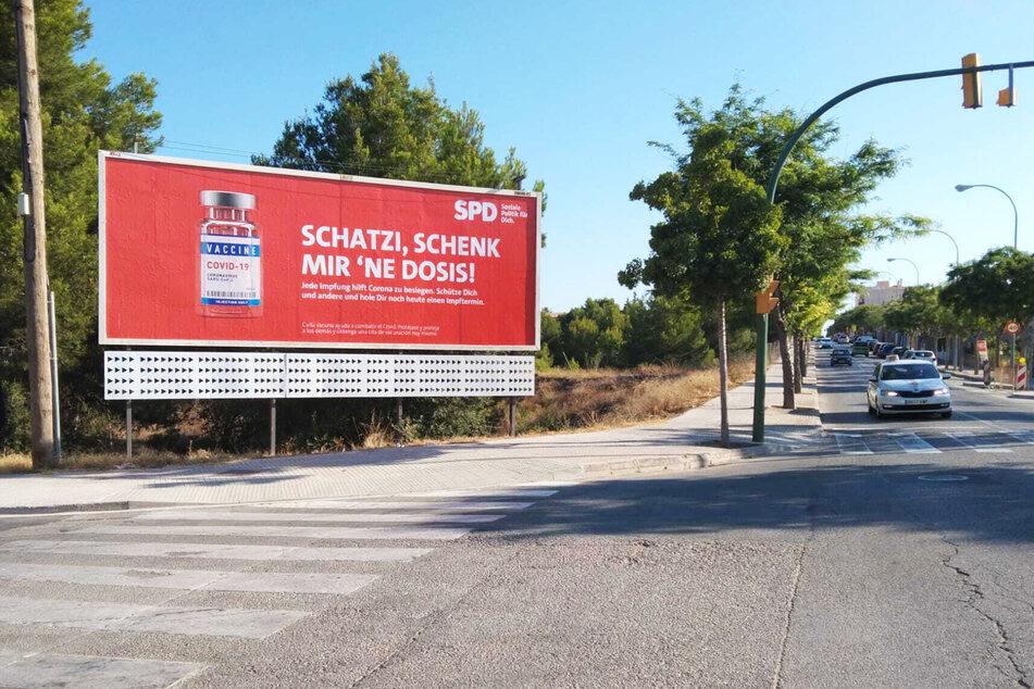 """""""Schatzi, schenk mir 'ne Dosis"""": So spricht die SPD die Deutschen auf Mallorca an und wirbt für Impfungen."""