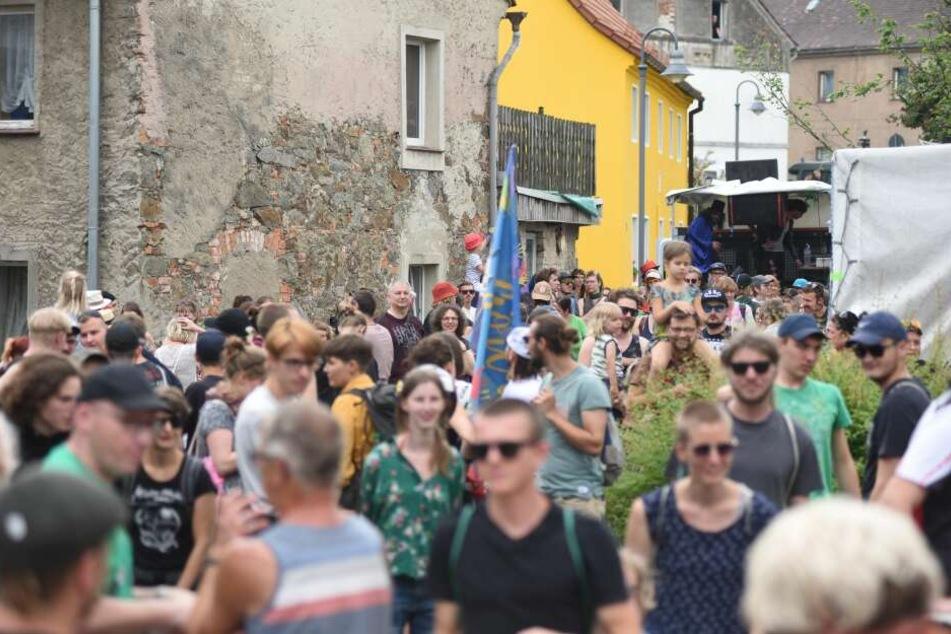 An den bunten Protesten gegen das Nazifestival beteiligten sich über 2000 Besucher.