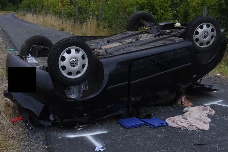 Das Auto bleib nach dem Unfall auf dem Dach liegen.