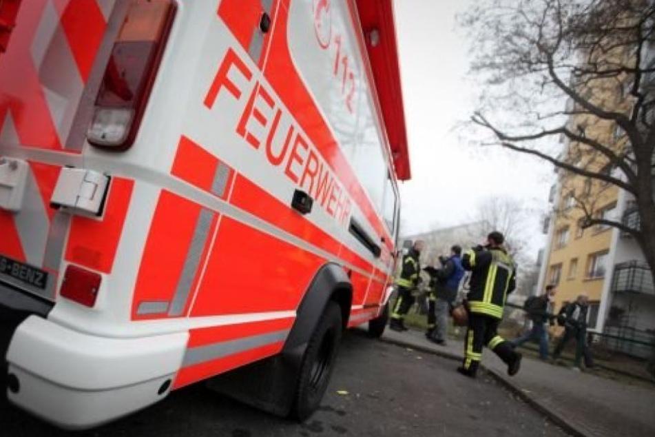 Die Feuerwehr versucht die Dämpfe einzudämmen. (Symbolbild)