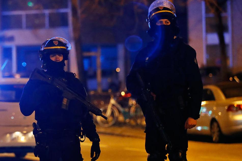 Französische Polizisten suchen nach möglichen Komplizen des Attentäters von Straßburg.