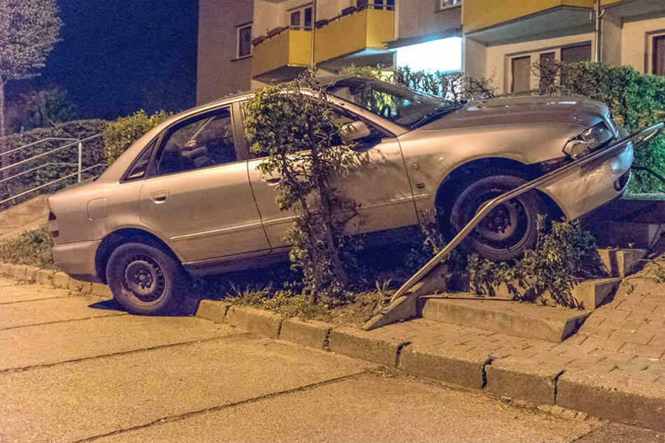 Der Audi krachte gegen ein Geländer.