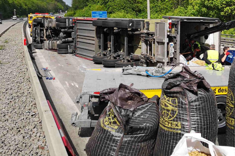 Ein Lkw ist auf der A8 umgekippt: Tonnen Kartoffeln blockieren die A8.