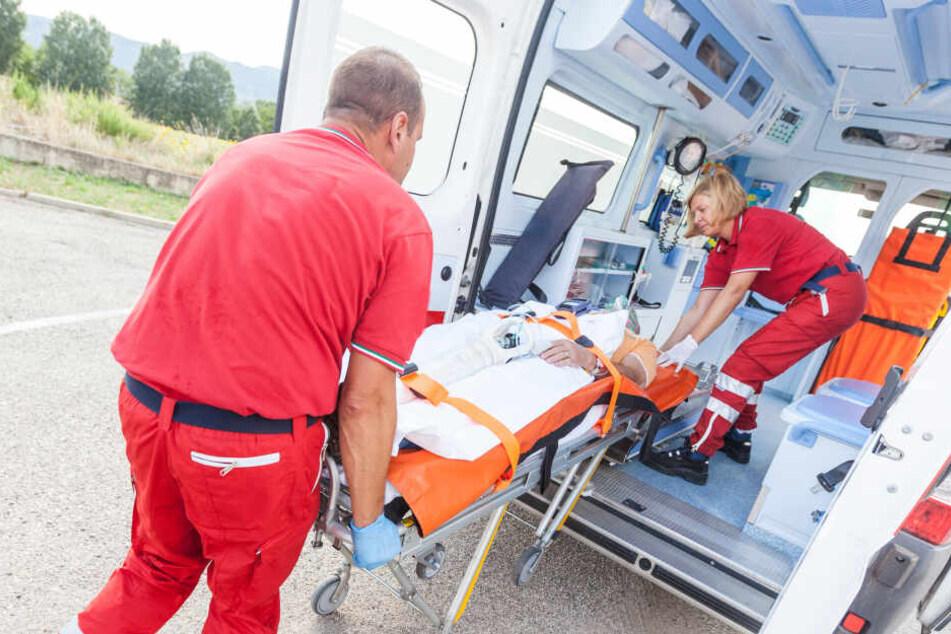 Rettungskräfte brachten den schwerst verletzten Mann (47) in eine Klinik. (Symbolbild)