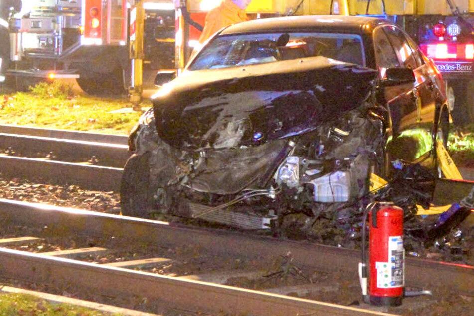 Auto kracht in Tram: Fahrer und Beifahrer fliehen!