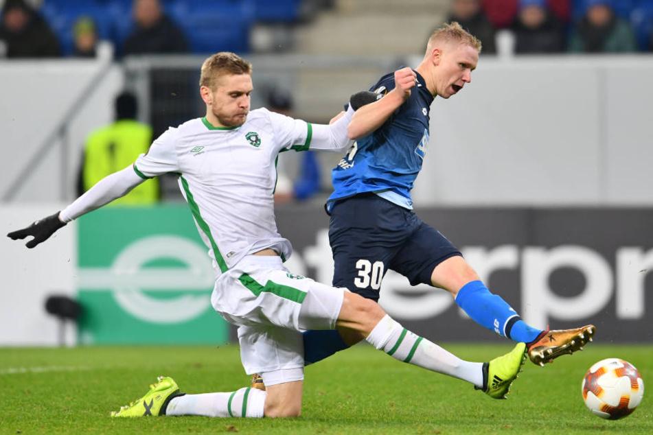 Hoffenheims Philipp Ochs (r) und Igor Plastun von Ludogorets Rasgrad kämpfen um den Ball