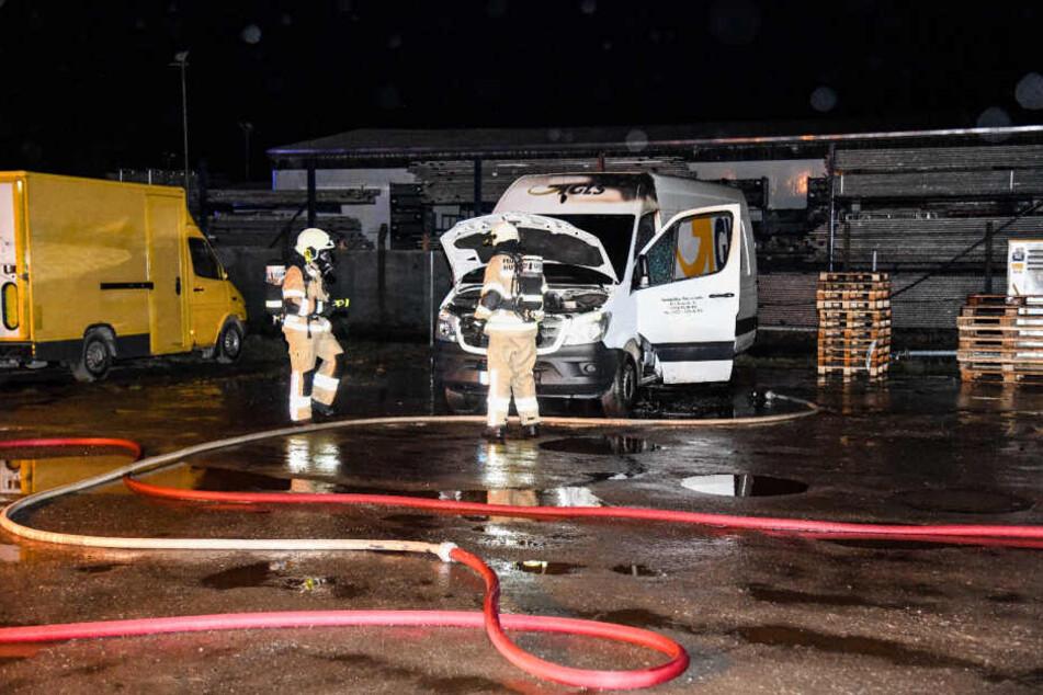 Im brandenburgischen Saarmund standen in der Nacht zu Montag zwei Transporter in Flammen.