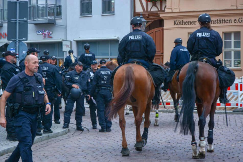 Die Polizei ist am Montagabend auch mit einer Reiterstaffel vor Ort.