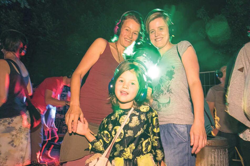 Anrainerinnen Kerstin (37 v.l.), Lilly (9), Martha (5) und Tina (31) tanzten  mit Kopfhörern.