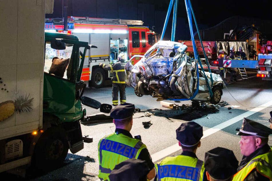 Die Feuerwehr birgt ein Autowrack nach einem Unfall auf der Autobahn 1 (Archivbild).