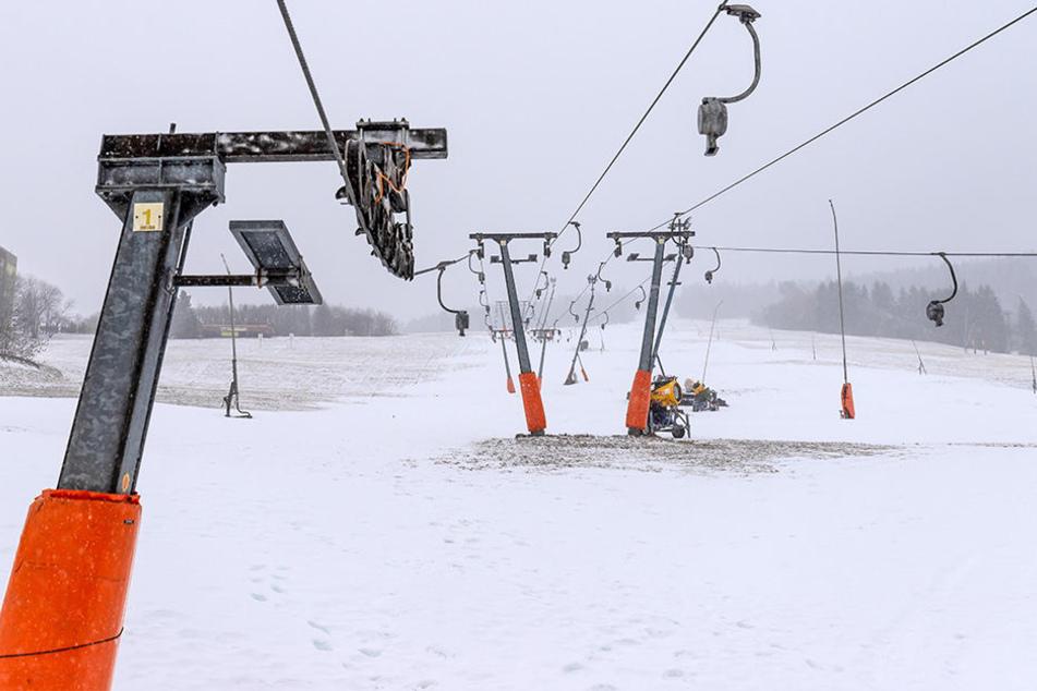Sieht gut aus? Pustekuchen. Am Fichtelberg musste die Wintersportsaison wegen des unzureichenden Wetters verschoben werden.