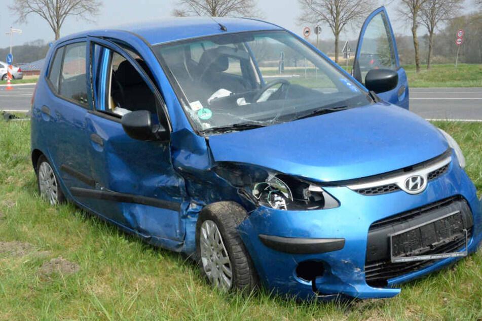 Der Fahrer (77) des blauen Hyundais wurde schwer verletzt. Ebenso die 51-jährige Golf-Beifahrerin.