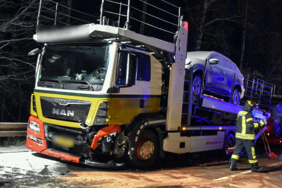 Auch der niederländische Laster wurde bei dem Unfall schwer beschädigt.