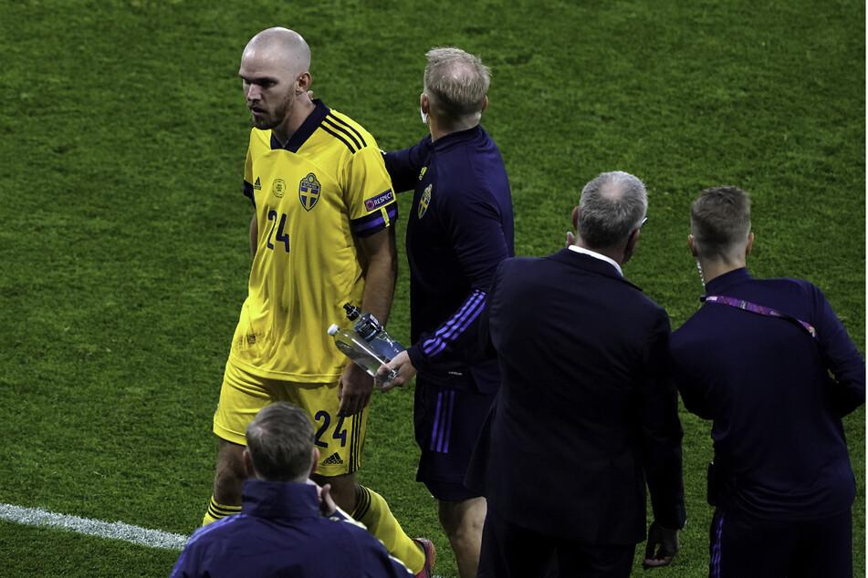 Nach unglücklichem Foul: Schwedens Marcus Danielson geht nach der Roten Karte vom Platz.