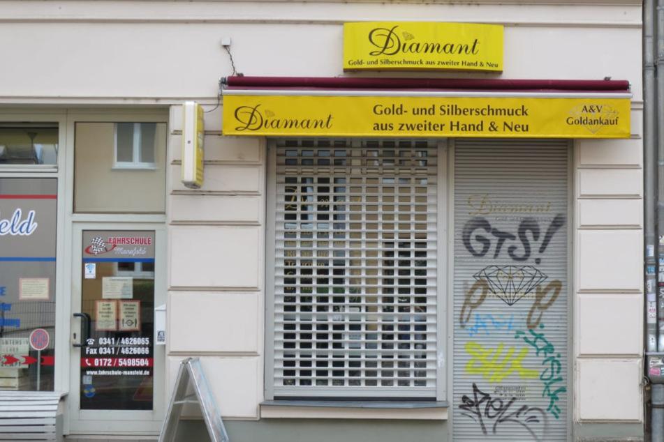 Maskierter überfällt Juweliergeschäft: Inhaberin (66) mit Waffe bedroht und eingesperrt