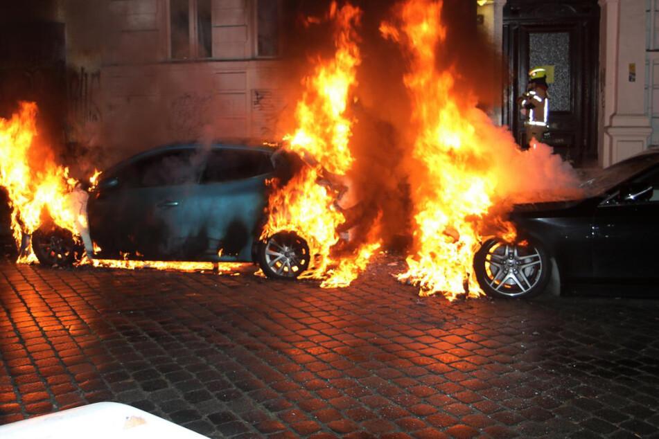 Zwei Autos fingen in der Boppstraße Feuer. Die Polizei geht von Brandstiftung aus.