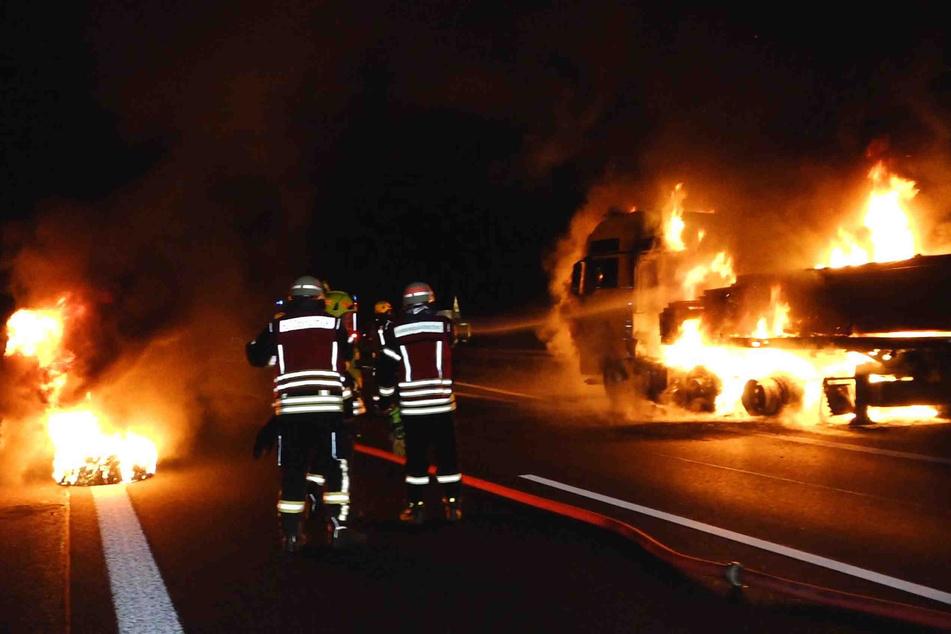 Rechts der brennende Lkw, links der abgeplatzte und ebenfalls in Flammen stehende Reifen.