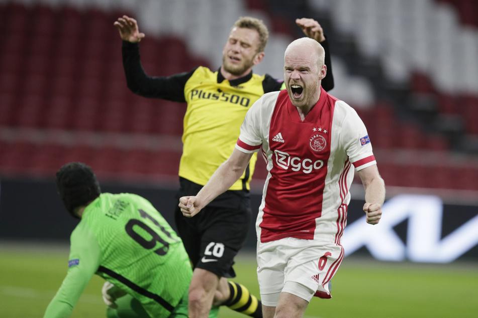 Der Ex-Bremer Davy Klaassen (28, r.) muss sich mit dem restlichen Kleidungsangebot des Klubs anfreunden. Hier jubelt er gegen den ehemaligen Herthaner Fabian Lustenberger (33).