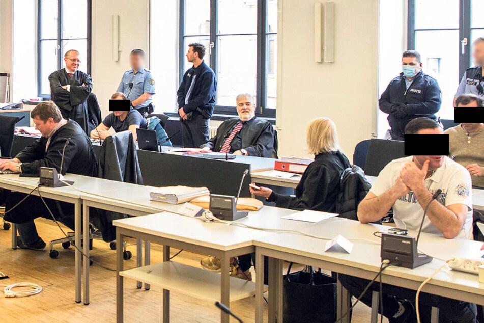 Die fünf Angeklagten, hier mit ihren Anwälten zum Prozessauftakt im Mai, sollen alle zu langen Haftstrafen verurteilt werden.