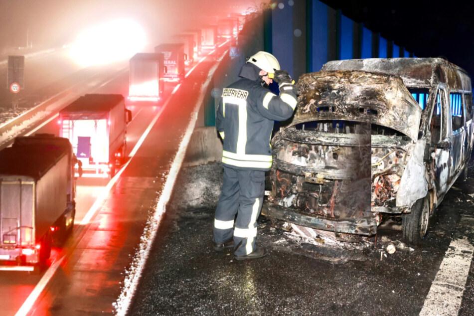 Unfall A17: Kleinbus brennt lichterloh auf A17 kurz vor Tschechien