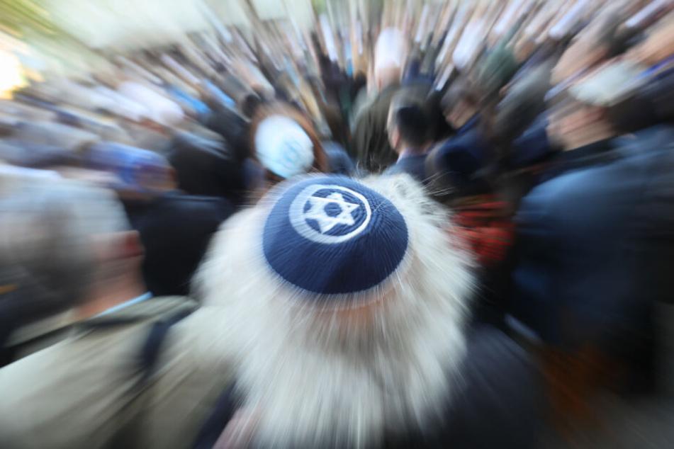 Die Warnung des Antisemitismusbeauftragten der Bundesregierung an die Juden, überall in Deutschland die Kippa zu tragen, wird von vielen auf das Schärfste kritisiert.