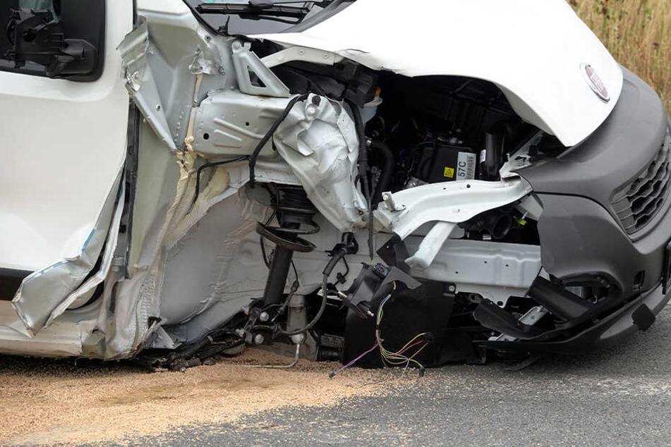Mast umgefahren und Achse herausgerissen: Fiat-Fahrerin bei Unfall verletzt