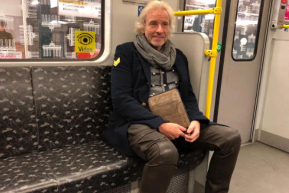 Thomas Gottschalk sitzt in der U-Bahn am Wittenbergplatz.