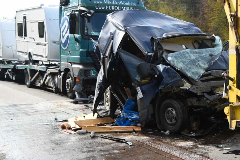 Schlimmer Unfall auf der A5: Lkw zerquetscht Kleintransporter