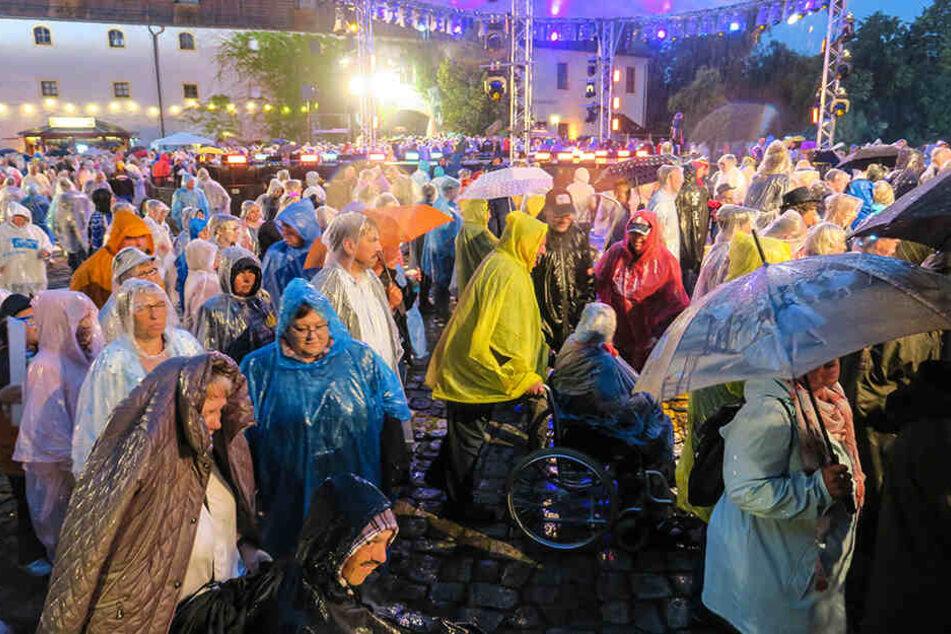 Trotz Regencapes und Partylaune: Gegen 21 Uhr musste das Gelände wegen des schweren Gewitters geräumt werden.