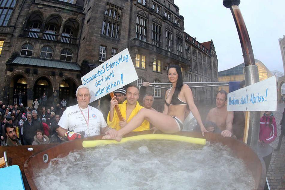 Mit einem Badezuber vor dem Rathaus protestierten Bürger vor zwei Jahren gegen die Schließung des Erfenschlager Freibades.
