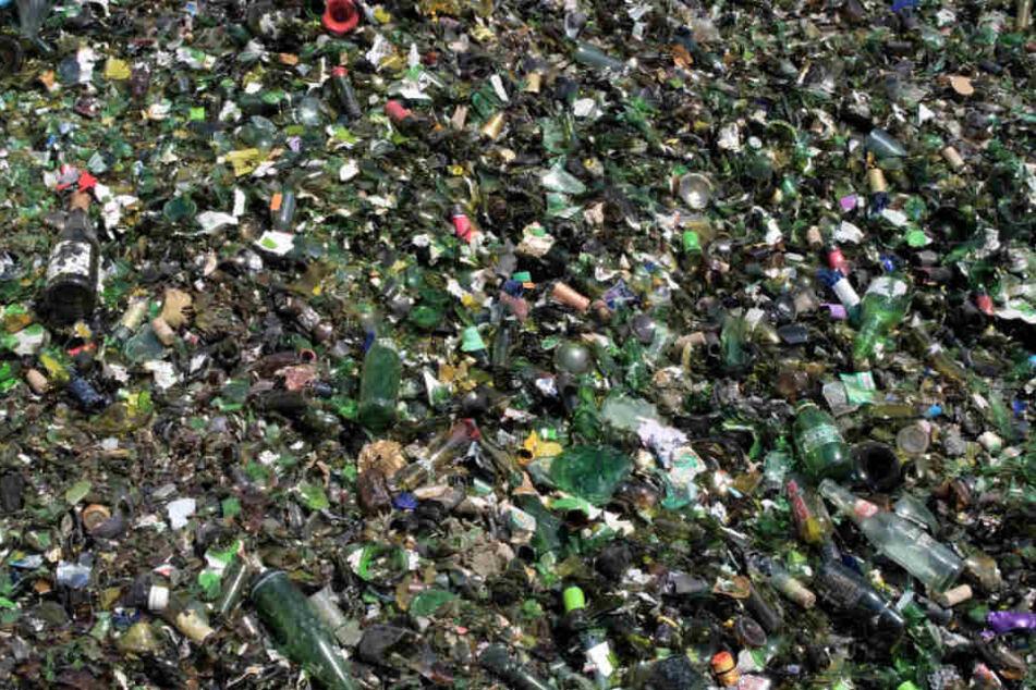 Lastwagen verliert tonnenweise Altglas: Scherben-Meer auf Autobahn