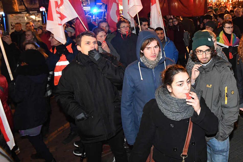 Ezgi Güyildar ist ganz vorne mit der roten Trillerpfeife zu erkennen. Ihr droht keine Strafe.